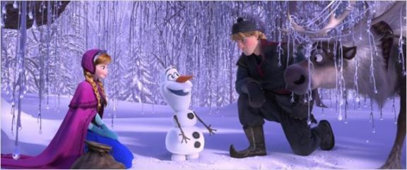 Anna e Kristoff juntos a Olaf. Nada de amor à primeira vista.
