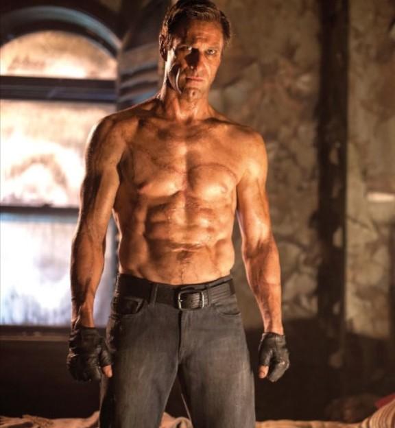 Meu criador costurou os abdomens de seis homens diferentes.