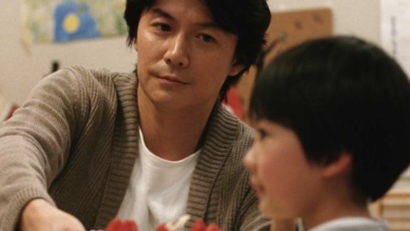 Ryota com um dos filhos.