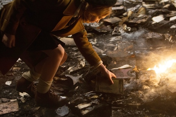 Liesel rouba um sobrevivente do fogo.