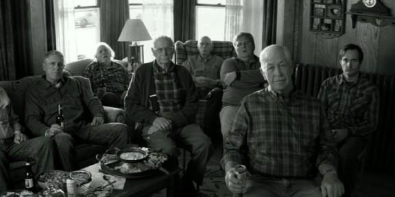 A vida simples do interior. Os homens assistem TV por causa da falta de assunto.