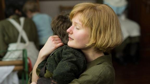 Philomena jovem com seu filho antes da separação.