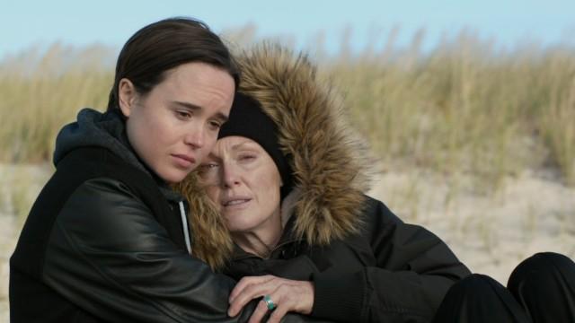 Ellen Page abraça a Julianne Moore doente na praia.jpg