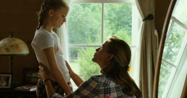 Jennifer Garner observa a menina mágica.jpg