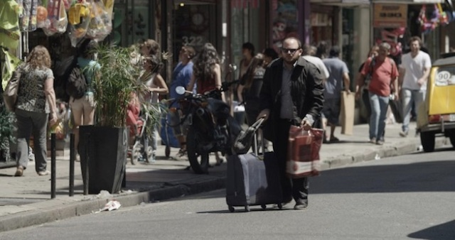 chegando na rua com muitas malas