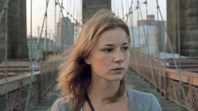 Emily Van Camp na ponte.jpg
