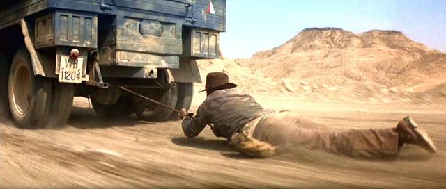 Indiana Jones arrastado por um caminhão.jpg