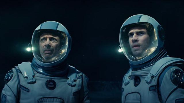 Jeff Goldblum e Hemsworth em roupas de astronauta