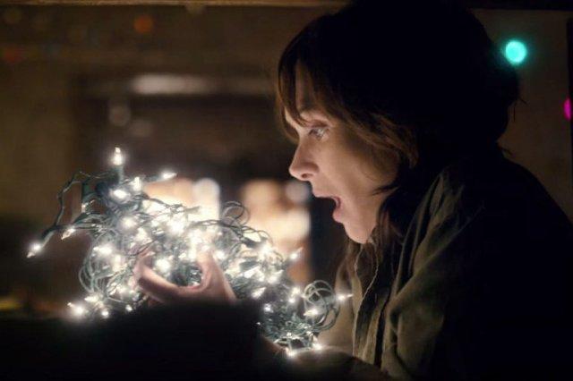 Winona Ryder segura luzes de natal