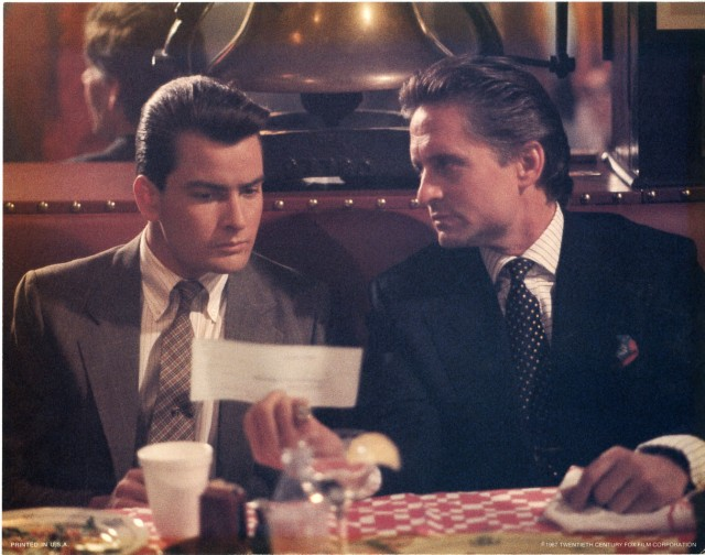Michael Douglas oferece cheque para Charlie Sheen