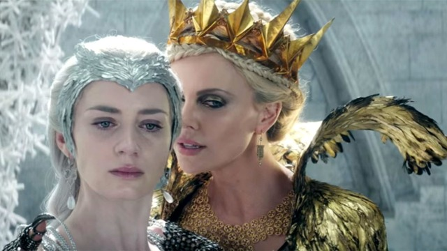 charlize-theron-sussura-para-emily-blunt