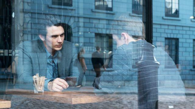 James Franco e garoto atrás de vidraça.jpg