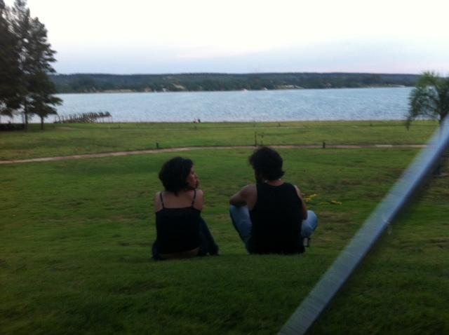 maira-e-ibere-admiram-o-lago