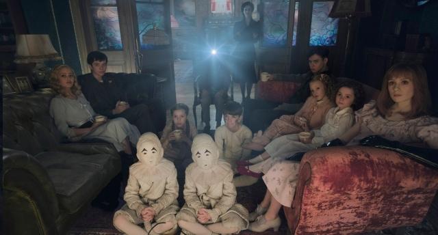 as crianças peculiares se reúnem para assistir um filme.jpg