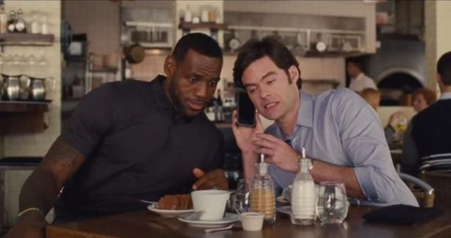 lebron-james-e-bill-hader-escutam-no-celular