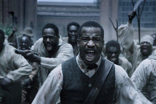 escravos correm com raiva em direção da camera.jpg
