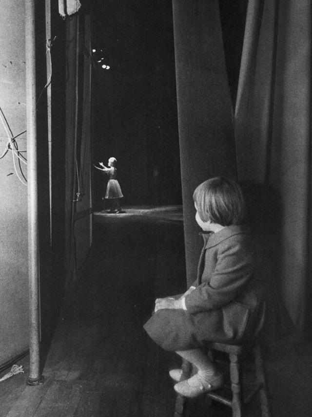 Carrie Fisher criança assiste a mãe se apresentar no teatro.jpeg