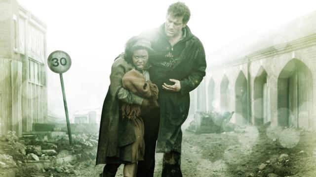 Clive Owen e mãe com bebê na destruição.jpeg