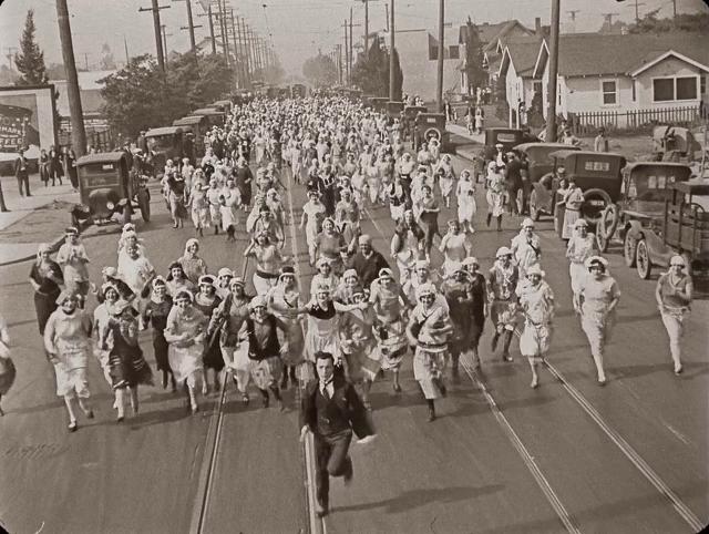 keaton-corre-rua-abaixo-de-centenas-de-mulheres