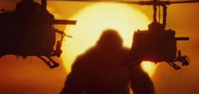 Helicópteros voam ao por do sol com Kong no fundo.jpeg