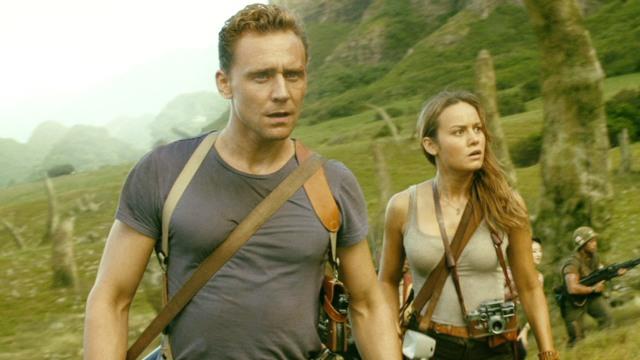 Hiddleston e Larson em poses de heróis