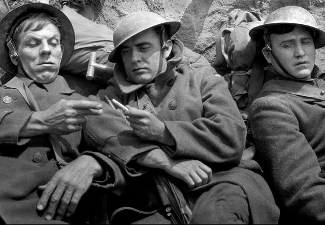 americanos dividem cigarro no campo de batalha
