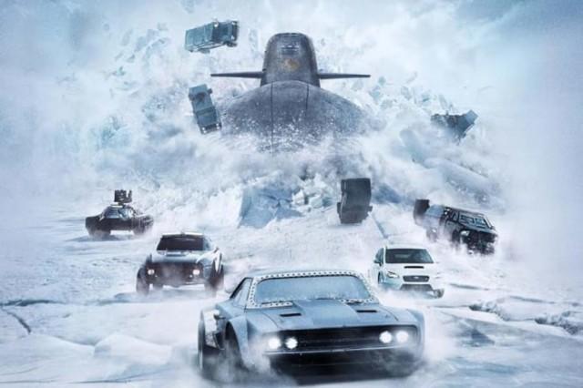 carros fogem de um submarino no gelo