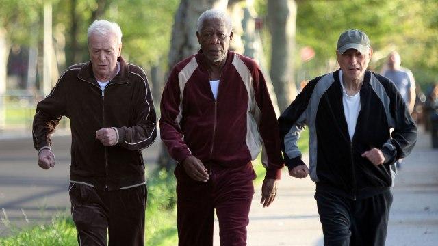 os três fazem exercícios de moletom na rua.jpeg