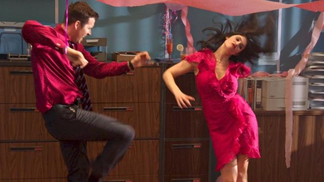 Reynolds dança com Gemma no escritório