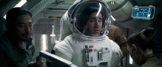 reynolds põe a roupa espacial