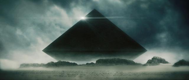 pirâmide negra flutua no céu