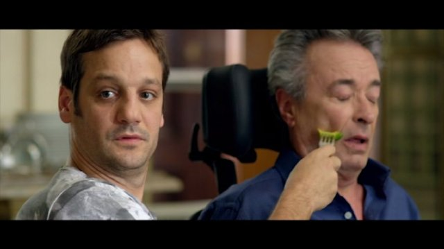 tito erra o garfo na cara de Felipe