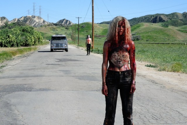 Sheri Moon ensanguentada na estrada