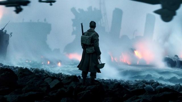 soldado observa destruição