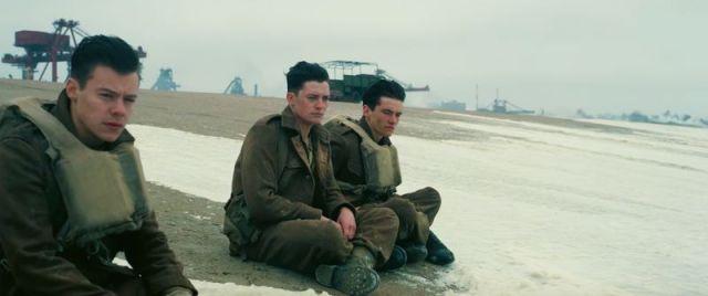 soldados observam horizonte na praia