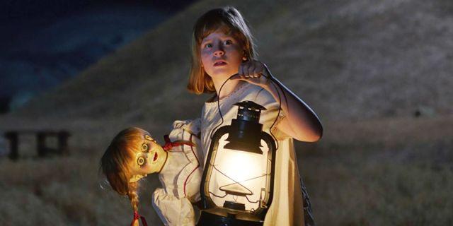 Menina carrega Annabelle para poço