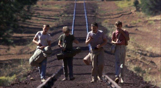 o grupo caminha pelos trilhos de trem