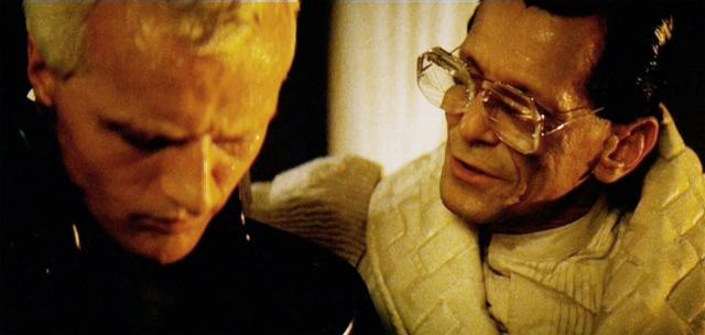 Roy Batty triste e consolado por Tyrell