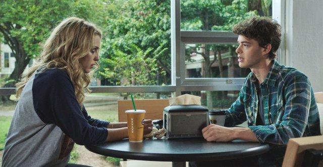 casal principal toma café