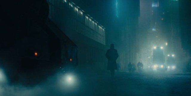K caminha pela rua a noite