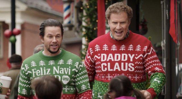 Ferrell e Wahlberg com roupas natalinas