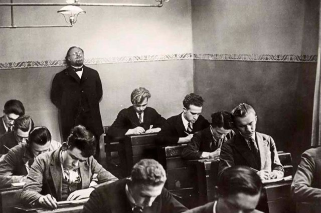 o professora vigia os alunos