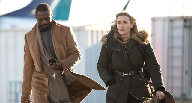 os dois caminham para o avião