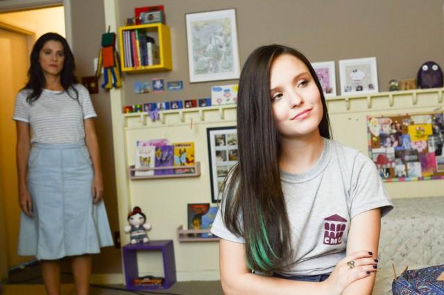 Ingrid observa Malu no quarto dela