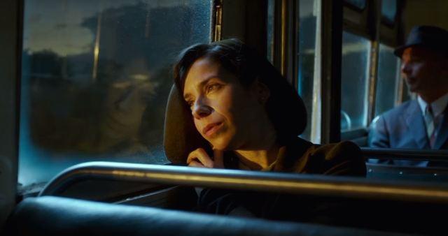 Eliza olha pela janela do onibus