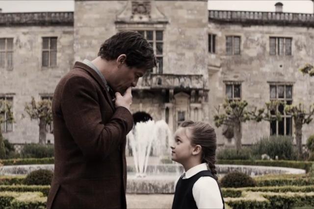 Croft pai e filha se despedem diante da casa