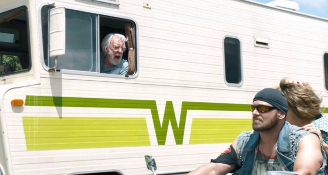 John no trailer conversa com Ella em moto