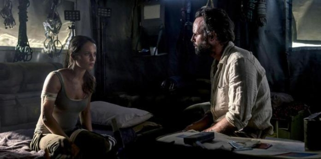 Lara com Mathias em barraca