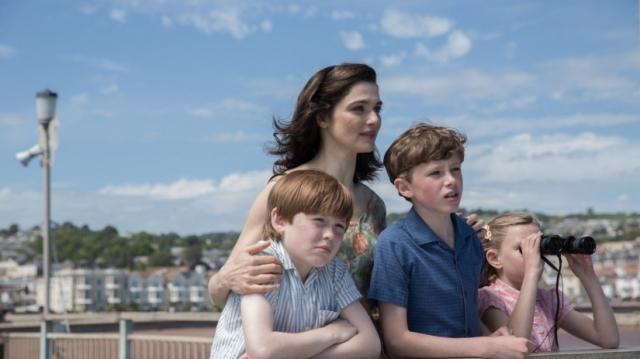 a esposa e os filhos esperam no porto