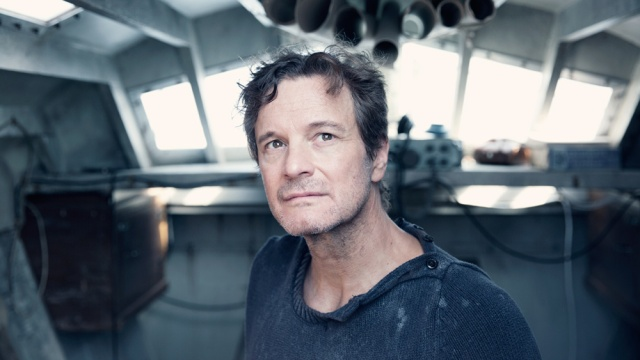 Colin Firth dentro do barco.jpg